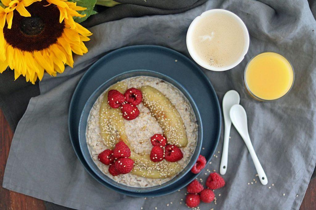 Frühstücksbowl Haferflocken Joghurt gebratene Banane