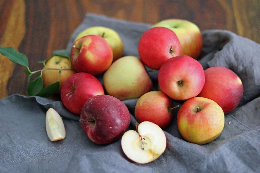 Apfelkuchen mit Apfelmus und Nussstreuseln