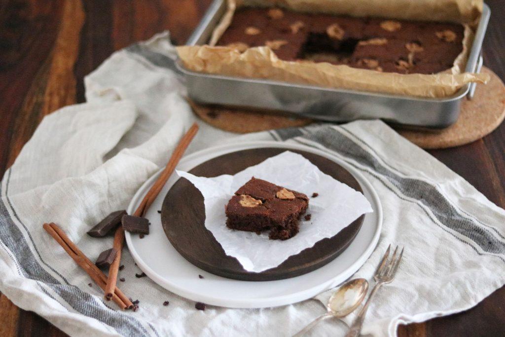Schoko-Bananen-Brownies mit Erdnussbutterklecks