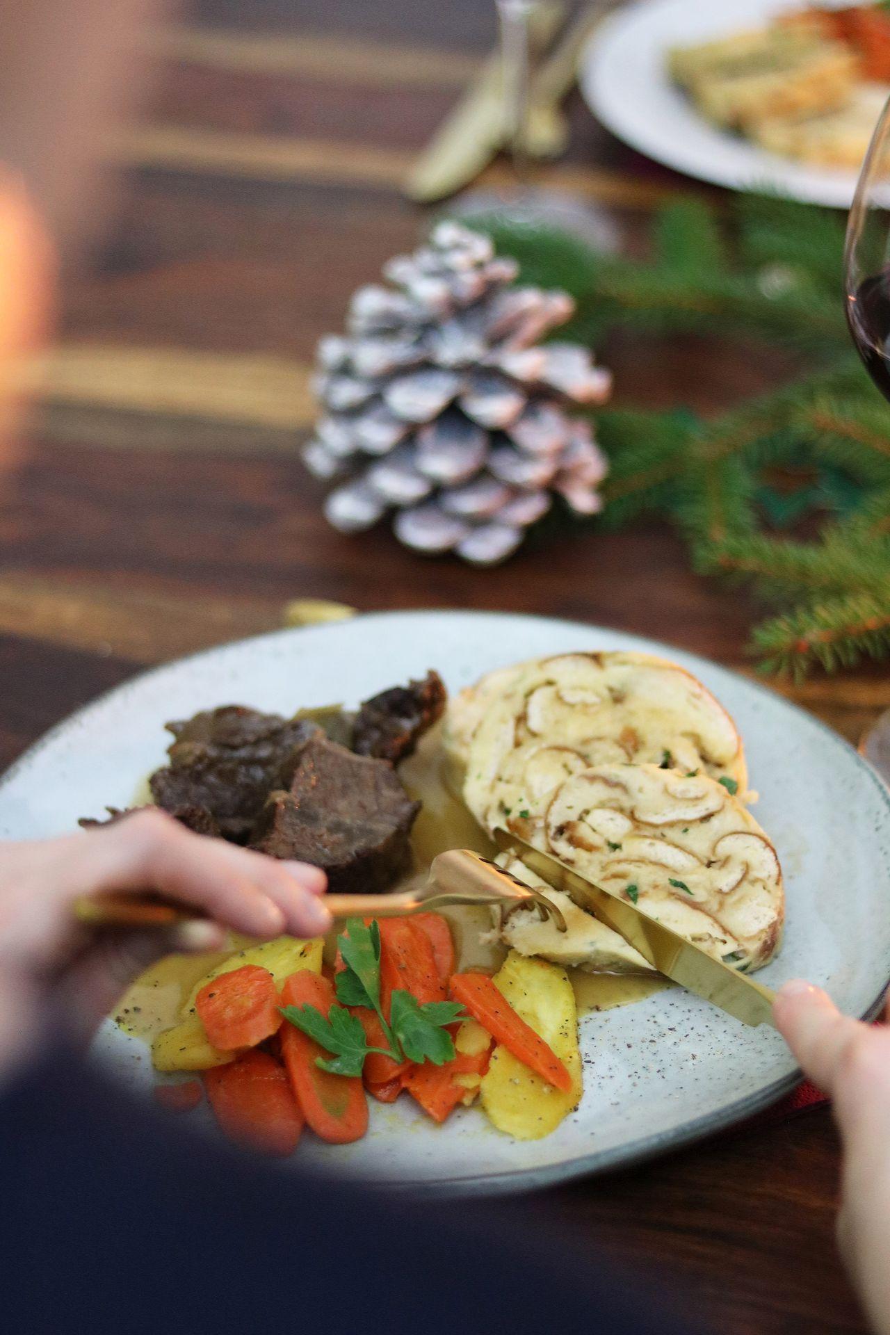 Rinderbäckchen mit Wurzelgemüse und Breznknödel Weihnachtsdinner