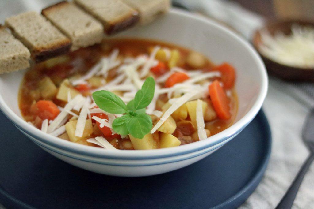 Ribollita toskanische Gemüsesuppe mit Bohnen und Tomaten