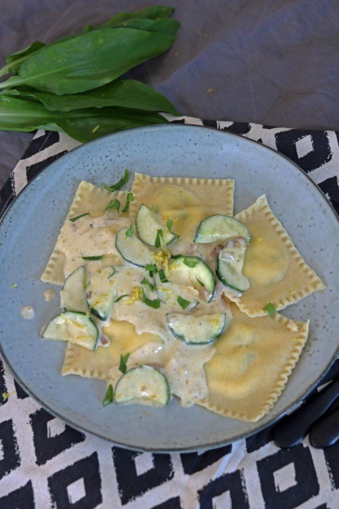 Ravioli mit Bärlauch-Zitronen-Füllung Bärlauchravioli Sahnesoße Zucchini